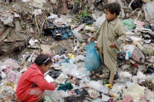 فيديو…طفلة شارع: «باكل واشرب من الزبالة»
